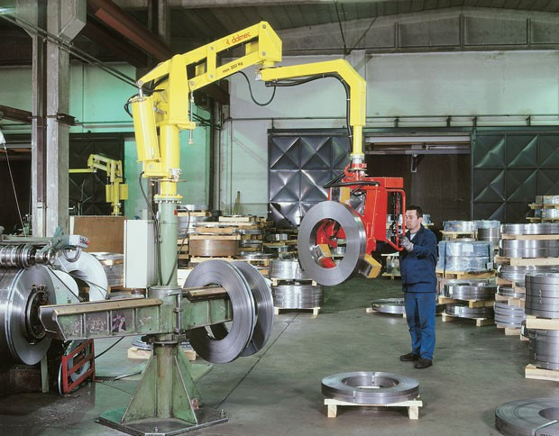 Partner manipulator for strap roll