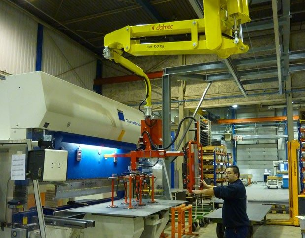 Suction tooling for lifting metal sheets