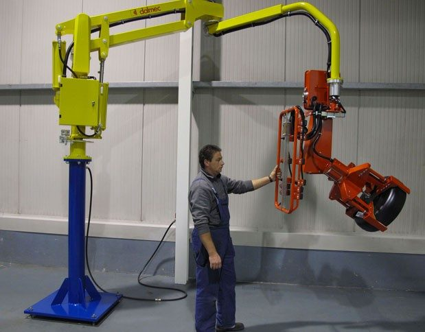 Manipulator with pneumatic tool for gripping